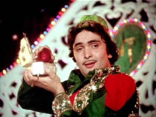Rishi-Kapoor-plays-the-role-of-Akbar-Allahabadi-opposite-Neetu-Singh-in-Amar-Akbar-Anthony