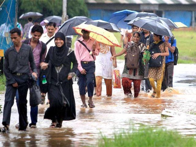 mumbai,havey rains lash city,traffic jams