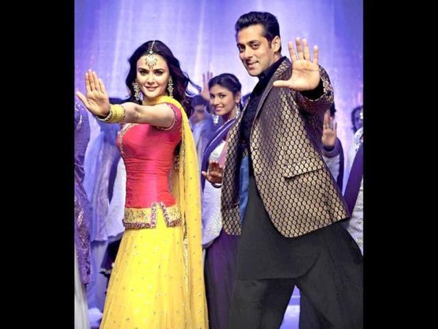 WATCH: Salman Khan does a jig with Preity Zinta in Ishkq In Paris