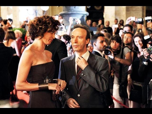 Roberto-Benigni-plays-an-old-man-who-lives-a-mundane-life-with-his-wife-and-two-children-until-suddenly-he-finds-himself-to-be-a-celebrity