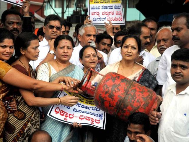 LPG cylinders,subsidised LPG,Rahul Gandhi