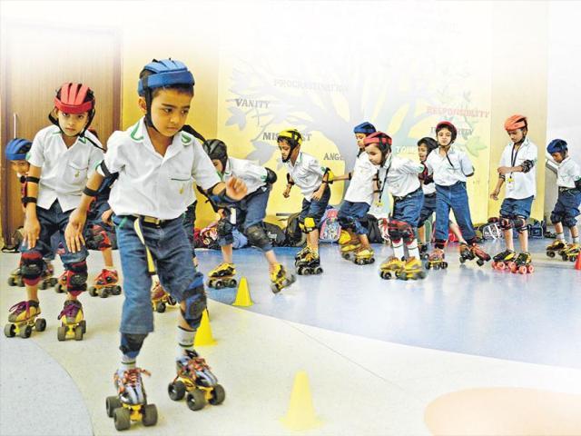 Students-learn-how-to-skate-at-Euro-School-Airoli-HT-Bachchan-Kumar