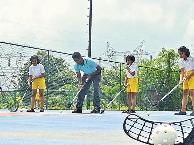Students-of-Euro-School-Airoli-play-floorball-HT-Bachchan-Kumar
