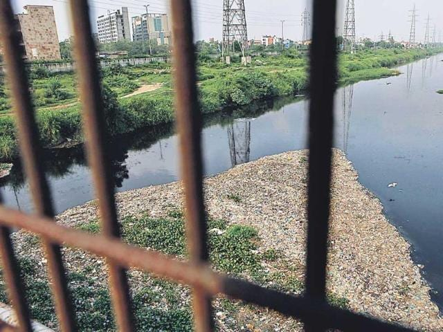The-dirt-filled-drain-that-runs-along-the-gated-colonies-of-east-Delhi-Residents-say-foul-gases-emanate-from-this-drain-damaging-their-expensive-electronic-goods-such-as-air-conditioners-and-refrigerators-Virendra-Singh-Gosain-ht-photos-