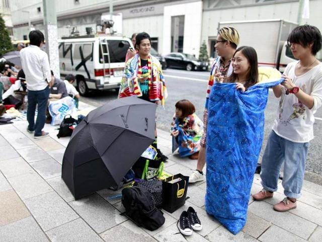 A-woman-wearing-a-sleeping-bag-waits-outside-an-Apple-Store-as-she-waits-to-purchase-Apple-Inc-s-iPhone-5-in-Tokyo-Reuters-Yuriko-Nakao