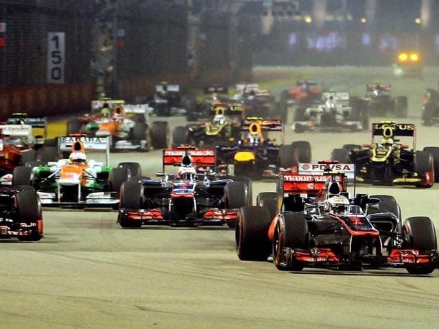 Lewis-Hamilton-of-Britain-R-leads-the-start-of-Formula-One-s-Singapore-Grand-Prix-AFP-Photo
