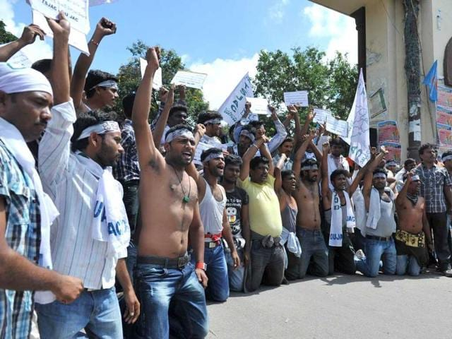 Police-fire-tear-gas-at-members-of-the-Telangana-Students-Joint-Action-Committe-TSJAC-as-they-prevent-the-students-from-marching-during-a-protest-rally-held-to-demand-the-separate-state-of-Telangana-at-the-Osmania-University-in-Hyderabad---AFP-PHOTO-Noah-SEELAM