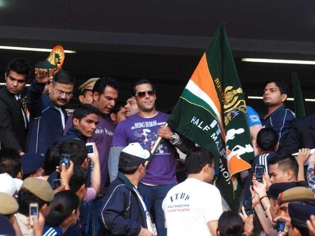 Bollywood star Salman Khan flags off half marathon organised by ITBP at JLN Stadium in New Delhi. (UNI)