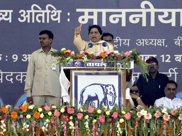 BSP president and former CM of UP, Mayawati waving to crowd after addressing Rashtriya Sankalp Maharally at Rama Bai Ambedkar ground in Lucknow. HT/Ashok Dutta