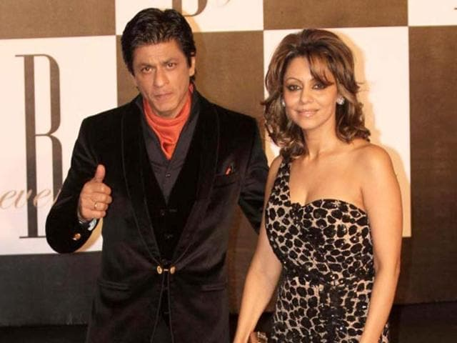 Superstar-Shah-Rukh-Khan-with-wife-Gauri-poses-as-he-arrives