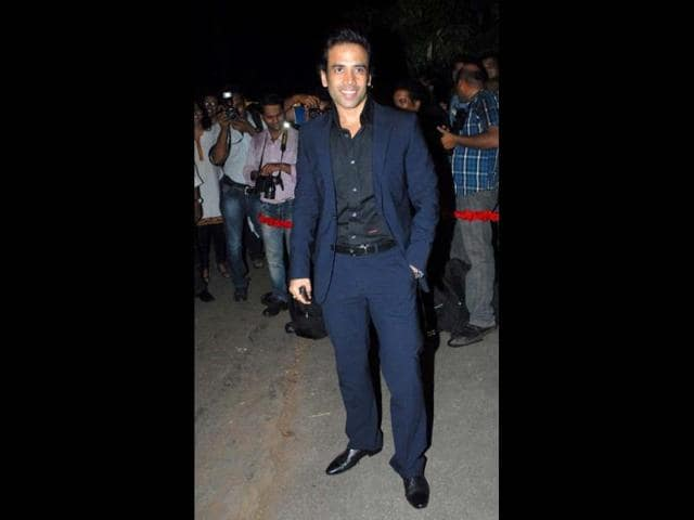 Tusshar-Kapoor-waved-to-fans-and-media-as-he-arrived-at-Ritu-Nanda-s-new-year-party