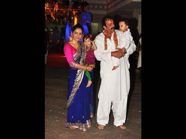 Sanjay-Dutt-and-Manyata-with-their-two-kids-Iqra-and-Shahraan