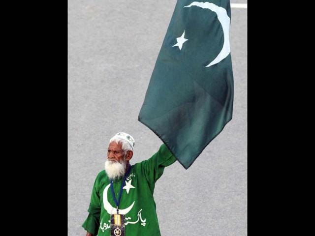 File-photo-of-Mehr-Din-fondly-called-Uncle-Pakistan-during-the-daily-lowering-of-India-and-Pakistan-s-flags-at-the-Wagah-border-After-10-years-of-whipping-up-crowds-at-the-daily-ceremony-to-close-Pakistan-and-India-s-main-land-border-crossing-the-flag-waving-star-show-passed-away-on-Oct-24-2012-AFP-Photo