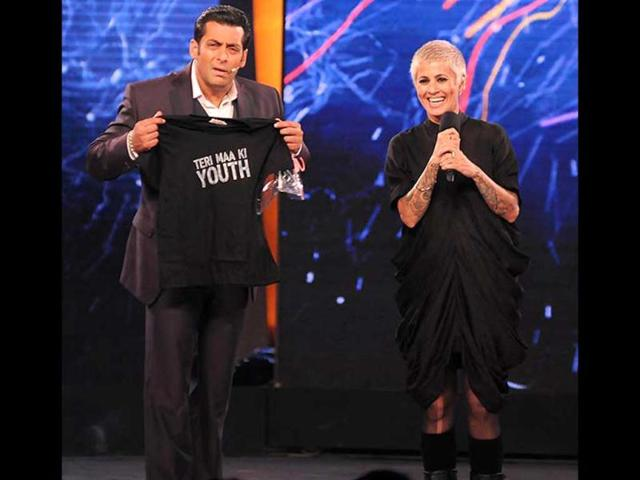 In-the-opening-episode-of-Bigg-Boss-6-Sapna-Bhavnani-brought-a-black-tee-with-Teri-Maa-Ki-Youth-printed-on-it