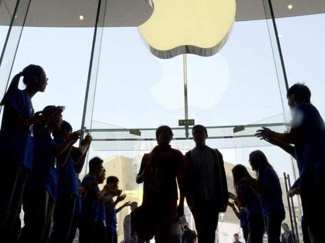 Apple-staff-welcome-customers-in-the-new-Apple-store-at-WangFujin-business-district-in-Beijing-on-October-20-2012-Photo-AFP-Wang-Zhao