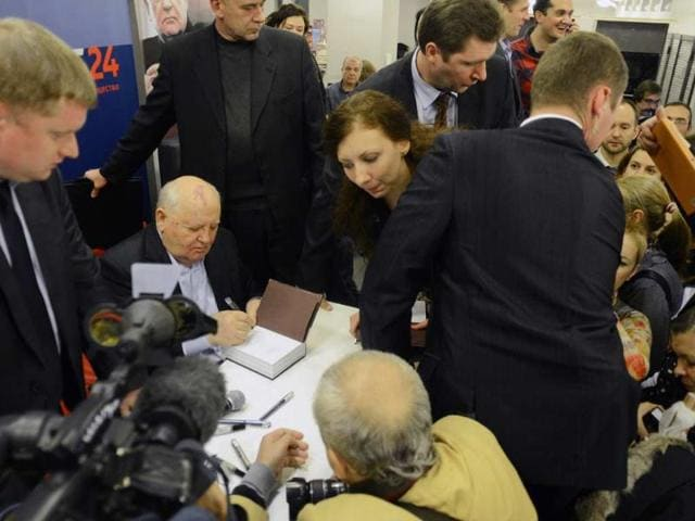Former-Soviet-president-Mikhail-Gorbachev-2L-signs-autographs-during-the-presentation-of-his-new-book-Alone-with-Myself-in-Moscow-on-November-13-2012-Photo-AFP-Natalia-Kolesnikova