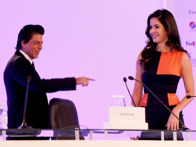 Bollywood actor Shah Rukh Khan and actress Katrina Kaif converse with Vir Sanghvi during the first day of the Hindustan Times Leadership Summit in New Delhi. HT/Ajay Aggarwal