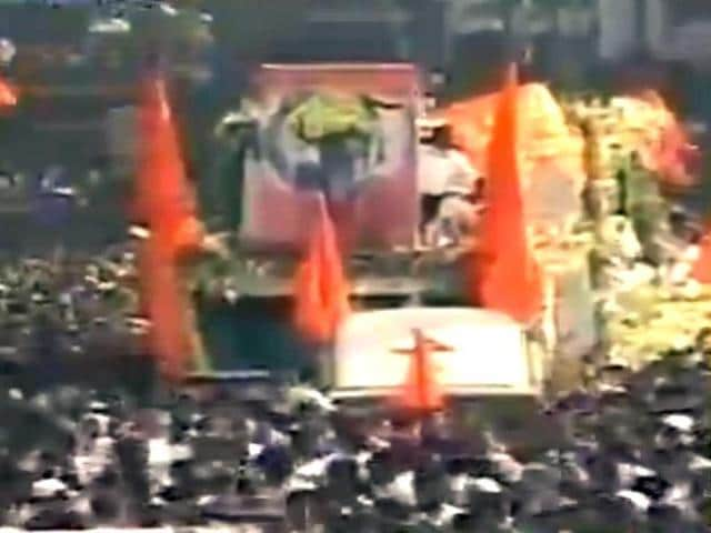 Thousands-of-Bal-Thackeray-supporters-throng-to-his--final-procession-as-his--body-is-carried-from-his-residence-to-Shivaji-Park-in-Mumbai--PTI-Photo