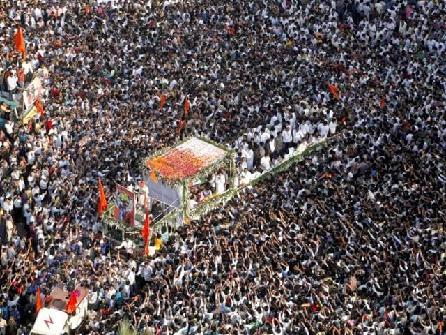Supporters-follow-the-funeral-cortege-of-Shiv-Sena-party-leader-Bal-Thackeray-in-Mumbai-HT-Vijayanand-Gupta