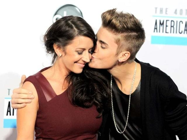 Presenter-Will-i-am-hugs-Pattie-Mallette-mother-of-Justin-Bieber-after-Bieber-won-the-award-for-artist-of-the-year-at-the-40th-American-Music-Awards-in-Los-Angeles-California-November-18-2012