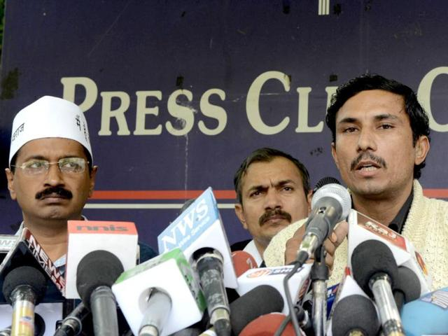 India-Against-corruption-activists-Arvind-Kejriwal-former-NSG-commando-Surendra-Singh-and-Kumar-Vishwas-address-a-press-conference-in-New-Delhi-Kejriwal-highlighted-the-pitiable-condition-in-which-the-NSG-commandos-were-living-and-said-they-have-been-denied-basic-rights-by-the-government-AFP-Sajjad-Hussain
