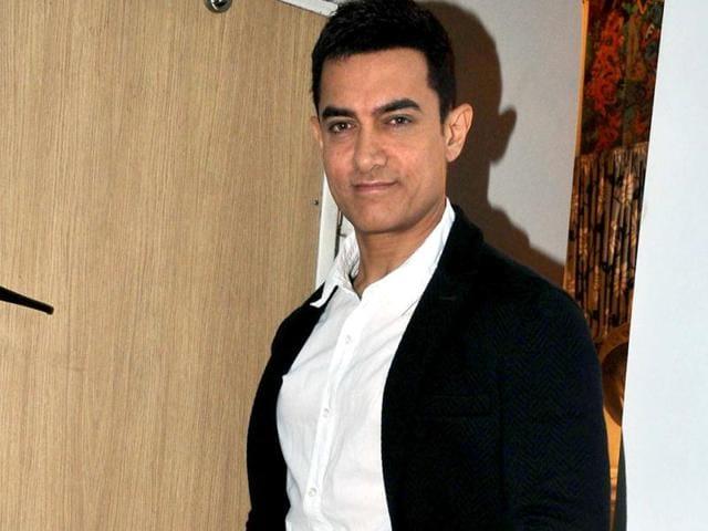Aamir-Khan-poses-for-the-shutterbugs