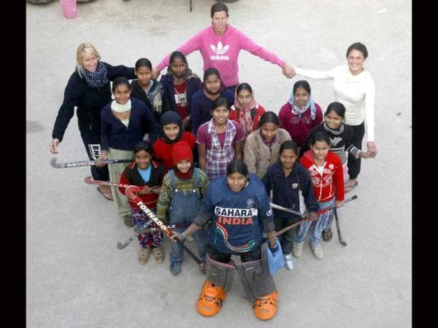 Coach-Andrea-Thumshirn-centre-back-along-with-the-girls-hockey-team-and-German-volunteers-in-Jaipur