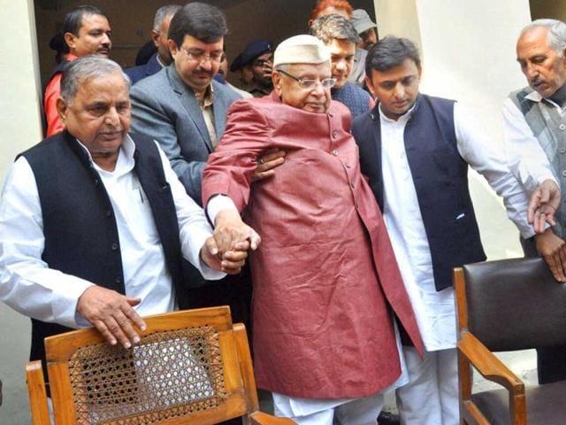 Former-chief-minister-of-Uttar-Pradesh-and-Uttrakhand-ND-Tiwari-being-escorted-by-UP-chief-minister-Akhilesh-Yadav-and-Samajwadi-Party-President-Mulayam-Singh-Yadav-in-Lucknow-PTI-Photo-Nand-Kumar