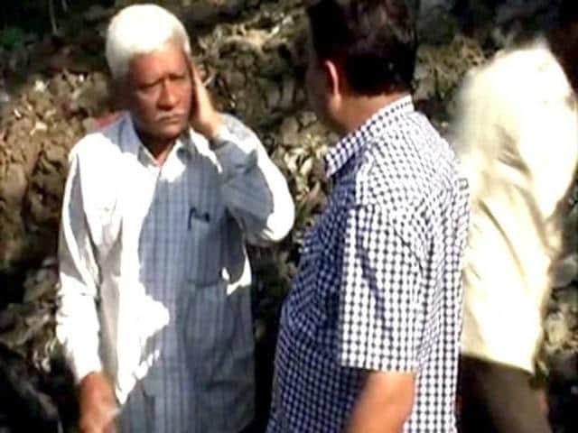 TV-grab-of-MNS-corporator-Nitin-Nikam-assaulting-civic-body-contractor-DG-Patil