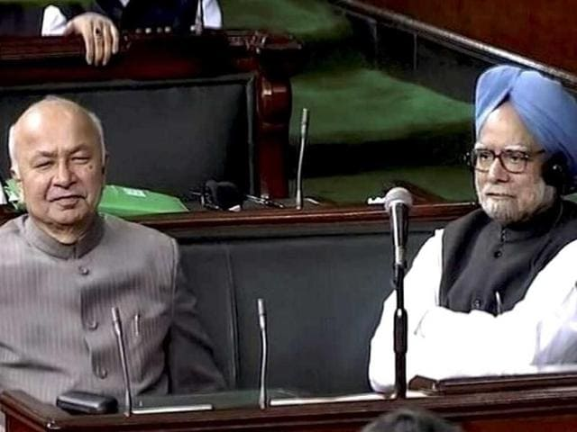 One-test-over-Manmohan-Singh-and-Sushilkumar-Shinde-during-the-FDI-in-retail-debate-in-Lok-Sabha-PTI