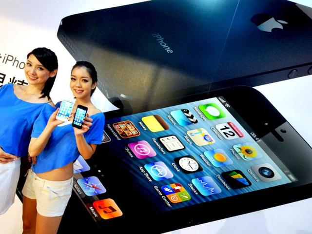 Two-models-display-the-Apple-iPhone-5-during-the-product-s-release-at-a-store-in-Taipei-Three-main-telecom-companies-released-the-lastest-Apple-iPhone-5--today-AFP-Photo