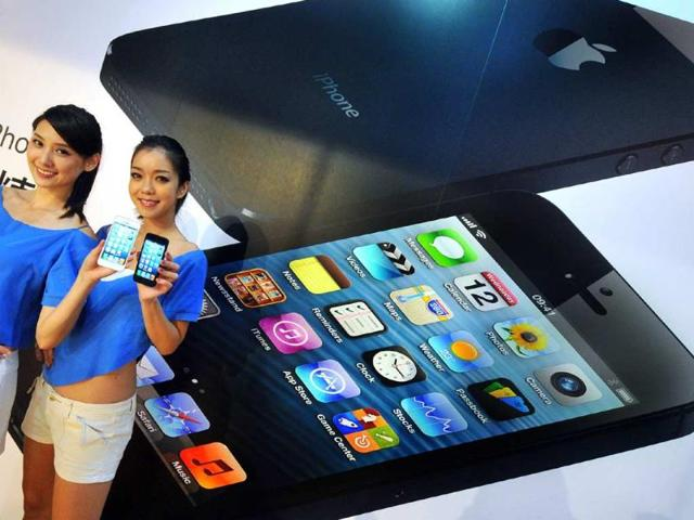 Two-models-display-the-Apple-iPhone-5-during-the-product-s-release-at-a-store-in-Taipei-Photo-AFP-Mandy-Cheng