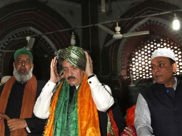 Pakistan-s-interior-minister-Rehman-Malik--prays-during-his-visit-at-the-Hazrat-Nizamuddin-Auliya-shrine-in-New-Delhi-Arvind-Yadav-HT-Photo