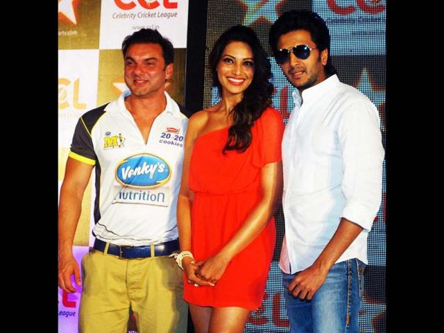 Bollywood-actor-Bipasha-Basu-with-Sohail-Khan-and-Ritesh-Deshmukh-during-announcement-of-Celebrity-Cricket-League-20-20-CCL-in-Mumbai-on-Wednesday-night