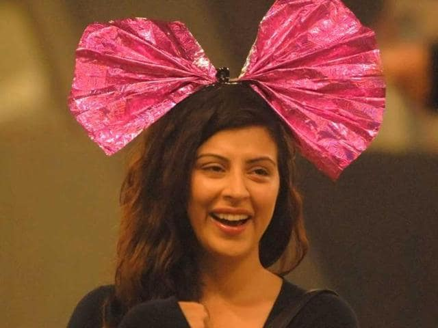 Karishma-Kotak-listens-to-Santosh-Shukla-as-he-proposes-her-in-Bigg-Boss-6-house