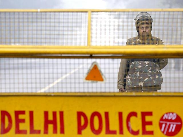 Delhi Police,constable injured trying to stop car