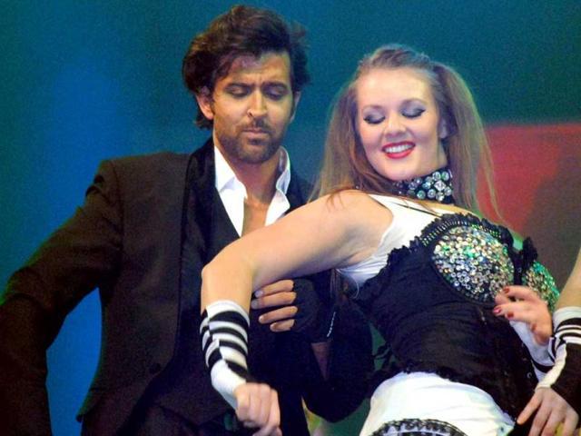 Bollywood-actor-Hritik-Roshan-performing-during-Safai-Mahotsava-in-Etawah-on-Friday-night
