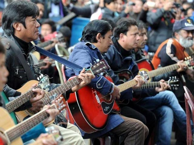 Musicians-play-John-Lennon-s-Imagine-in-a-memorial-tribute-to-the-23-year-old-Delhi-gangrape-victim-during-a-mass-guitar-ensemble-played-by-some-600-guitarists-in-Darjeeling-AFP-Diptendu-Dutta