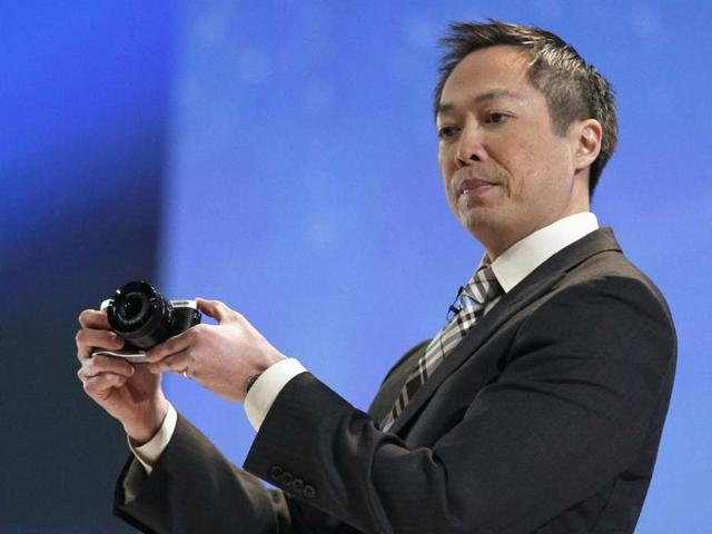 Michael-Abary-senior-vice-president-for-Samsung-Electronics-America-shows-off-the-NX300-camera-describing-it-as-the-world-s-first-single-lens-3D-system-at-the-Samsung-news-conference-at-the-Consumer-Electronics-Show-CES-in-Las-Vegas-January-7-2013-Reuters-Rick-Wilking