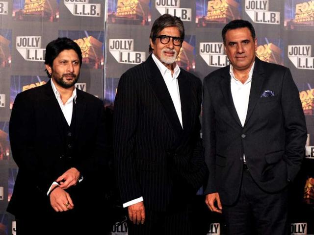 Bollywood actor Amitabh Bachchan (C) poses with Arshad Warsi (L) and Boman Irani (R) at a function for the forthcoming Hindi film Jolly LLB directed by Subhash Kapoor. Arshad Warsi and Boman Irani star in the movie. (AFP PHOTO)
