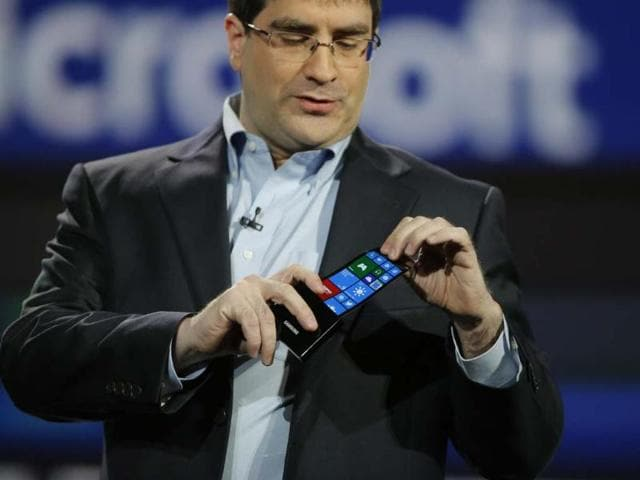 Eric-Rudder-chief-technical-strategy-officer-of-Microsoft-holds-a-prototype-Windows-smartphone-with-a-flexible-OLED-display-during-Samsung-s-keynote-address-at-the-International-Consumer-Electronics-Show-in-Las-Vegas-Photo-AP-Jae-C-Hong