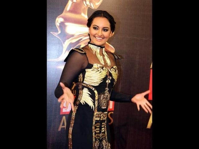 Sonakshi-Sinha-looks-ravishing-in-a-busy-outfit-at-the-Screen-Awards-on-January-12-in-Mumbai-AFP-Photo