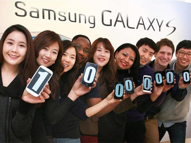 This-handout-picture-released-by-South-Korea-s-Samsung-Electronics-on-January-14-2013-shows-employees-using-smartphone-display-screens-to-make-a-figure-of-100-million-in-Seoul-Photo-AFP