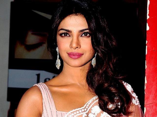 Priyanka-Chopra-bared-cleavage-at-the-Colors-Screen-awards