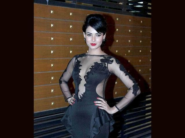 Sonal-Chauhan-looked-very-pretty-the-black-evening-gown-she-wore-to-the-58th-Filmfare-awards-The-pattern-is-aesthetic-and-despite-the-front-being-exposed-almost-entirely-it-s-not-prominent