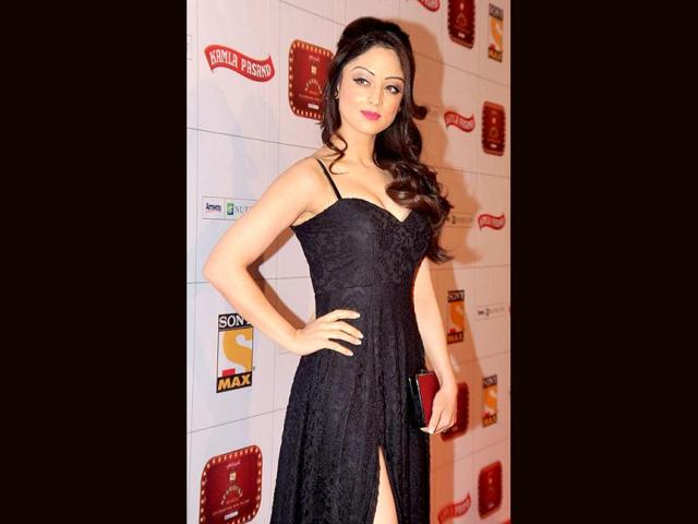 Actress-Sandeepa-Dhar-bared-cleavage-AND-a-thigh-high-slit-at-the-Stardust-awards