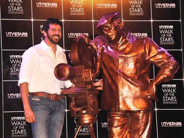 YRF-s-Ek-Tha-Tiger-director-Kabir-Khan-poses-next-to-veteran-filmmaker-Yash-Chopra-s-statue