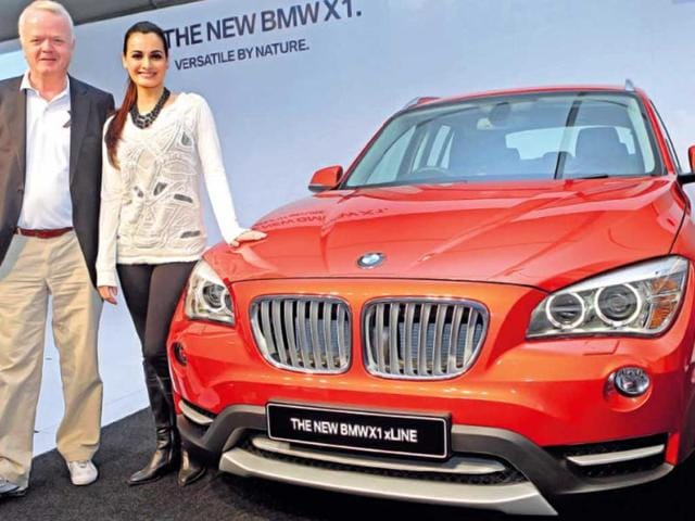 BMW-Group-president-Philipp-Von-Sahr-and-Bollywood-actress-Dia-Mirza-with-the-refreshed-BMW-X1