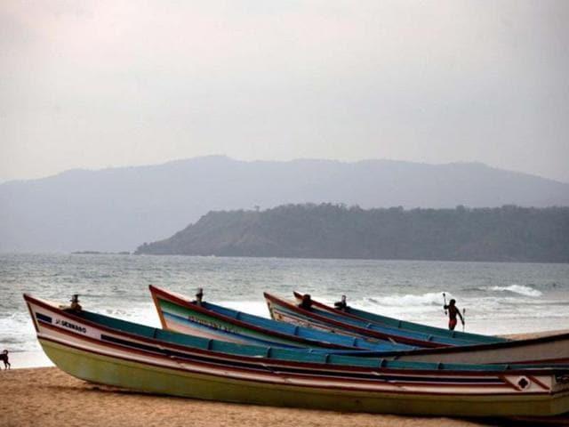A-man-plays-with-sticks-at-Agonda-beach-in-Goa-Photo-AFP-Pedro-Ugarte