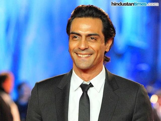 Arjun-Rampal-donned-the-intellectual-geek-look-with-chunky-rimmed-glasses-a-formal-suit-and-a-starry-tie